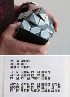 Soporte / Interacción. A través de formas ubicadas en cada uno de los cubos que conforman el cubo de Rubik, el usuario puede crear diferentes combinaciones para crear caracteres modulares y estamparlos.