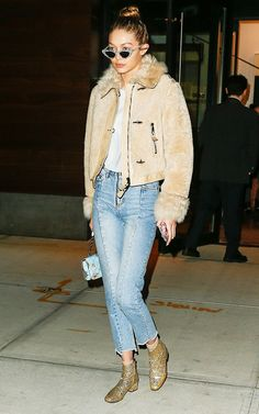 Gigi Hadid, fluffy coat, blusa branca, calça jeans desfiada na barra, bota dourada Gigi Hadid Looks, Celebrity Outfits, Celebrity Look, Sports Illustrated, Casual Street Style, Casual Chic, Style And Grace, My Style, Glitter Outfit