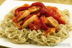 Pokrój mięso z kurczaka w szerokie paski, lekko posól i oprósz szczyptą chilli. Pokrój pomidory w cząstki, paprykę oczyść i pokrój w szerokie paski. Posyp kurczaka ziarnami sezamu i usmaż na mocno rozgrzanym oleju. Dodaj paprykę i smaż przez 3 minuty. Zalej całość 300 ml wody, dodaj Fix Słodko-kwaśny Knorr i rozmieszaj. Następnie zagotuj, dodaj cząstki pomidora i duś przez 5 minut. Podawaj gotowe danie z ryżem lub makaronem.  Rada: Dla wzbogacenia smaku możesz dodać niewielką ilość octu…