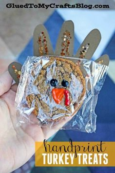 Oatmeal Creme Pie Handprint Turkey Treats - Thanksgiving Party Favor Idea - Kids Craft - Kid Crafts Make Thanksgiving extra special by turning simple pre-packaged Oatmeal Creme Pies into Handprint Turkey Treats with this simple handmade add-on idea! Thanksgiving Crafts For Toddlers, Thanksgiving Parties, Thanksgiving Activities, Thanksgiving Prayer, Thanksgiving Appetizers, Thanksgiving Outfit, Thanksgiving Decorations, Thanksgiving Recipes, Oatmeal Creme Pie