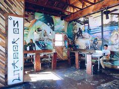 """. ⇨⇨Dogtown Coffee⇦⇦ こちらが店内ここのコーヒーは、 ローカル/オーガニック/Micro-Roastedで有名! 早起きなサーファーのために朝5時から オープンしてるため朝ご飯も充実してるよ◡̈ """"NO KOOKS"""" =ダサい人お断り✋ #SunKissedBox # #カリフォルニア #サンタモニカ #カリフォルニアライフ"""