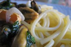 Primo piatto di origine napoletana, gli spaghetti con le cozze sono facili da preparare anche a casa. Tante le varianti: in bianco, alla tarantina e alla siciliana.