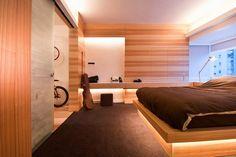 Fa burkolat a falakon és energiatakarékos LED világítás rendszer egy modern lakásban