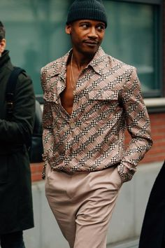 The Best Street Style from Milan Fashion Week Check out all of the crossbody bags, puffer jackets, and swervy topcoats you can handle from the Fall/Winter 2018 shows in our exclusive street style gallery. Fashion Casual, Fashion Night, Men Casual, Mens Fashion, Casual Wear, Fashion Trends, Casual Styles, Fashion Hats, Modern Fashion