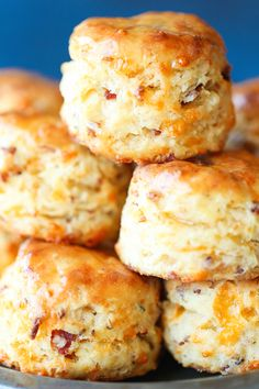 Maple Bacon Cheddar Biscuits - Soft, tender, oh-so-flaky biscuits the whole fami. - Maple Bacon Cheddar Biscuits – Soft, tender, oh-so-flaky biscuits the whole family will love! Biscuits Au Cheddar, Flaky Biscuits, Homemade Biscuits, Buttermilk Biscuits, Recipes For Biscuits, Mayonaise Biscuits, Cheddar Cheese Recipes, Sweet Potato Biscuits, Clean Eating Snacks