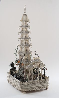 Pagode à sept étages et sa terrasse, ivoire sculpté et ajouré, partiellement polychromé, pierres semi-précieuses (vue générale de 3/4). Chine, dynastie Qing, Guangzhou (Canton), vers 1845. Coll. MADOI (inv. n° OA.2012.2263)