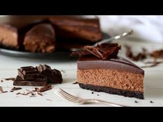 This No Bake Chocolate Cheesecake is a simple and easy no bake cheesecake recipe. It's rich, decadent and indulgent and doesn't require an oven. No Bake Chocolate Cheesecake, Easy No Bake Cheesecake, Baked Cheesecake Recipe, Chewy Chocolate Chip Cookies, Yummy Treats, Sweet Treats, Decadent Chocolate, Chocolate Cake, Sweet Recipes