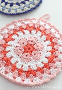 I have this thing for pot holders. This African Flower Pot holder is gorgeous.african flower potholder - pattern by crochet with raymond - great colors!Crochet - Ornamental Pot Holders - would also be nice as a trivetI'm going to need pot holdersDisc Crochet Hot Pads, Bag Crochet, Crochet Potholders, Crochet Motifs, Crochet Squares, Crochet Home, Crochet Granny, Crochet Crafts, Crochet Doilies