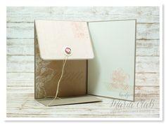 papierrascheln.blogspot.de 》Challenge kreativ durcheinander #3 – Mit und von Herzen ⎜Karte mit einem Umschlag für kleine Geschenke oder Gutscheine. Auf der Außenseite ist ein Schmetterling aus Pergamentpapier, Leinenfaden und einem Brad. Die Innenseite ist wie die Außenseite mit Papier von Heidi Swapp beklebt.