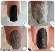 . Te pintas las uñas de tu color favorito 2. Le colocas harina 3. Haces presión de la harina sobre tus uñas 4. una vez seco le colocas esmalte transparente, mate o brillo
