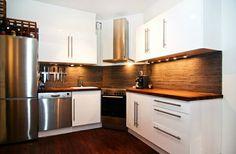 cuisine avec meubles en blanc et plan de travail en bois