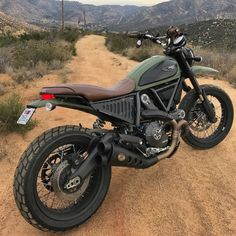 Desert Motor Bike nice seat set up Ducati Motor Scrambler. Motor Scrambler, Ducati Motor, Scrambler Custom, Ducati Scrambler, Scrambler Motorcycle, Moto Bike, Custom Motorcycles, Custom Bikes, Motorcycle Garage