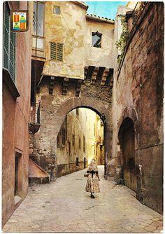 This postcard features Calle de la Almudaina (Almudaina Street) in Palma, the capital of the island of Mallorca.