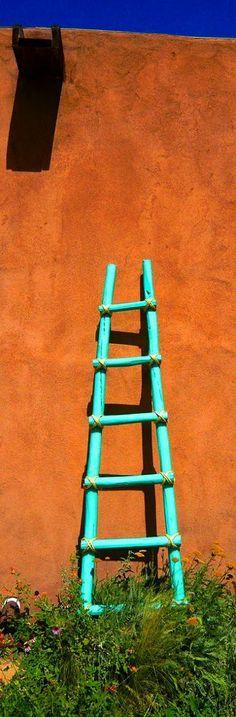 Se fabriquer une veille échelle avec bois peinturer et corde pour accrocher serviette par dessus calorifère