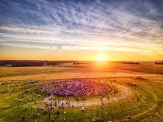 Around people watched the sun rise across Stonehenge on the Summer Solstace this mo. Summer Solstace, Summer Photography, Nature Photography, Stonehenge Solstice, Summer Acrylic Nails, Documentary Photography, Summer Pictures, Top Photo, Photojournalism