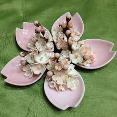 Cherry blossom centerpiece. I LOVE the sakura petals made of ceramic! WANT!!