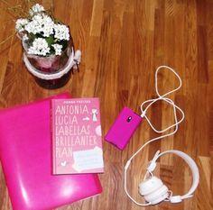im Garten mit dem handy Musik hören und die mappe mit den Unterlagen von Unserem Urlaub nochmal voller Vorfreude durchlesen, dann bei einem schönen Buch abschalten