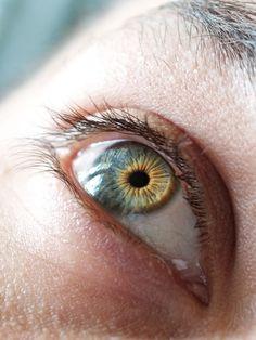 2.- OJOS: ¿Sabías que el contorno es la zona más delicada de nuestra piel? Su misión de proteger al ojo le hace contraerse continuamente (luz, polvo, etc) generando arrugas prematuras.