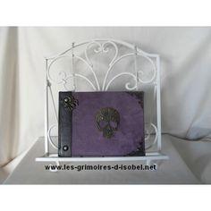 Le Brunehaut est un grimoire album photo recouvert de cuir noir et tissu violet. Il est entièrement réalisé à la main.