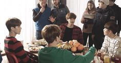 WHILE EVERYONE ELSE IS BUSY HAVING A DISCUSSION, BAEKHYUN'S JUST nomnomnomnom #Me