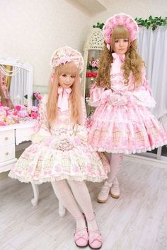 I want to be transformed into this beautiful doll to the right !!! (Chloe Sissi)