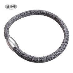 Grijs leren slangenprint armband met een zilveren magneetsluiting, Side nieuw in geschenkverpakking. De armband is 19 cm lang x 5 mm.