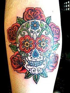 Tatuaje de una calavera mexicana rodeada de flores