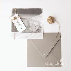 Mooi vintage geboortekaartje met foto_fotokaart_zwart wit foto_jongen_muisgrijze envelop_witte stempel_structuur papier_hartje_stijlvol_ambachtelijk drukwerk_geboortekaartje_landelijk geboortekaartje #www.studiokuuk.nl