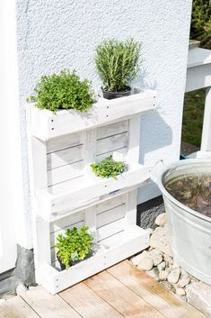 Upcycling or herb garden from pallet # herb garden pallet Upcycling or . - Upcycling or herb garden from pallet # herb garden range Upcycling or herb garden from pallet Herb Garden Pallet, Pallet Garden Furniture, Diy Herb Garden, Diy Furniture, Vertical Pallet Garden, Pallet Planters, Herbs Garden, Furniture Refinishing, Metal Furniture