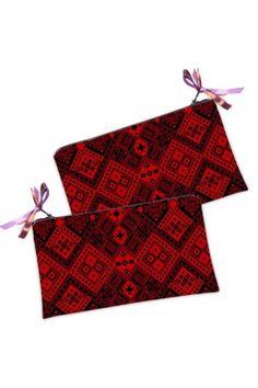 Цю червону косметичку-гаманець в традиційному українському стилі з геометричним принтом Ви можете купити в нашому магазині.