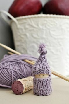 Advent Day 17 , last minute knitted Christmas decorations for beginners , mini cork gnomes. 35 Clever and Creative DIY Cork Crafts That Will Enhance Your Decor Beautifully Wine Cork Projects, Wine Cork Crafts, Champagne Cork Crafts, Bottle Crafts, Diy Projects, Yarn Crafts, Diy Crafts, Wooden Crafts, Cork Art