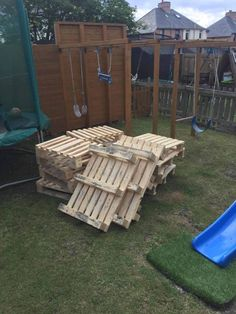 When my daughter wanted a party in the garden for her birthday I said I d bring some wood pallets home from work to build a garden bar for her birthday party pallets palletwood garden palletbar bar diy woodworking recycled # Outdoor Garden Bar, Diy Garden Bar, Outdoor Pallet Bar, Pallet Lounge, Diy Pallet Sofa, Diy Outdoor Table, Diy Pallet Furniture, Diy Pallet Projects, Garden Furniture