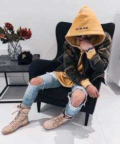 Men's Best Streetwear Hoodies and Sweatshirts for 2018 Finding the perfect streetwear hoodie and sweatshirts to wear in 2018 won't be an easy task. It's a new year and there are new fashion trends that [. Fashion Mode, Urban Fashion, New Fashion, Winter Fashion, Fashion Trends, Fashion Check, Swag Fashion, Fashion Menswear, Style Streetwear