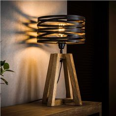 This Watson table lamp has a hood in the form of a spiral with a diameter of 29 centimeters. The Watson table lamp is provided with a wooden base. Industrial Floor Lamps, Industrial Ceiling Lights, Industrial Table, Retro Lampe, Rustic Home Design, Wooden Lamp, Led Lampe, Tripod Lamp, Lampshades