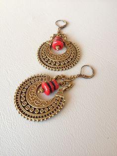 Boucles d'oreilles ethniques rouges et métal bronze, création Métamorphoses. : Boucles d'oreille par metamorphoses
