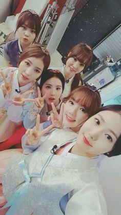 Compilations of female idols in traditional Korean hanbok Kpop Girl Groups, Korean Girl Groups, Kpop Girls, Extended Play, Hot Japanese Girls, Nerd Problems, Gfriend Sowon, Ulzzang Couple, Korean Entertainment