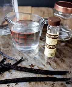 10 minutes, and you have the best homemade vanilla extract recipe available. It's the secret weapon of professional bakers! Pina Colada Rum, Vanilla Extract Recipe, Homemade Seasonings, Homemade Spices, Coffee And Walnut Cake, Mini Dessert Recipes, Skillet Chocolate Chip Cookie, Cooking Measurements, Single Serve Desserts