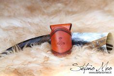 UNICO - Norseblood - Corno potorio Norreno inciso con porta-corno di MeoLeathercraft su Etsy