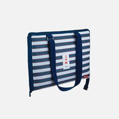 This fold-up picnic rug is the ideal item to have around for a spontaneous picnic or day at the beach. Unzip the bag to reveal a standard sized blue fleece picnic rug with a waterproof base.