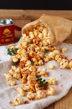 Red Pepper Thyme Popcorn Paprika Thyme Popcorn - make your own flavored popcorn fernsehabend Snack Mix Recipes, Popcorn Recipes, Flavored Popcorn, Salty Snacks, Food Inspiration, Sweet Recipes, Food And Drink, Yummy Food, Stuffed Peppers