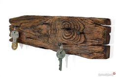 130 zł: Wieszak na klucze ze starej deski i kutych gwoździ Niesamowity efekt wykonany z czegoś tak prostego jak drewno, czyli stara deska przekształcona w oryginalny wieszak na klucze. Modnie, ekologicznie, naturalnie.