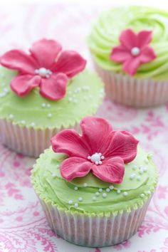 Yummy pink and green flower cupcakes! Green Cupcakes, Pretty Cupcakes, Wedding Cakes With Cupcakes, Yummy Cupcakes, Cupcake Cookies, Flower Cupcakes, Spring Cupcakes, Cupcake Wedding, Decorated Cupcakes