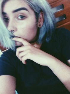 чёрный, голубые глаза, голубые волосы, Брови, светится, гранж, волосы, руки, инди, макияж, бледные, пирсинг, септум, короткие волосы, серебряные волосы, мягкий гранж, Tumblr