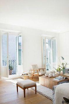 vaste appartement mur en peinture lin, meubles en bois dans le salon, table basse en bois clair