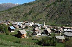 Ristolas est la plus petite commune par la population (95 habitants), mais la plus grande par la superficie : 8 217hectares. . Ici, la montagne se vit à l'état pur, brut, sans concessions... Ristolas est la porte sur le Mont Viso et sa réserve Nationale, ainsi que sur les cols piétonniers amenant en Italie. Le paradis de la randonnée!