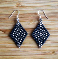 Boucles d& losange tissées main en perles miyuki noir mat et argent. Seed Bead Jewelry, Seed Bead Earrings, Beaded Earrings, Beaded Jewelry, Diamond Earrings, Brick Stitch Earrings, Native Beadwork, Beading Projects, Bead Crochet