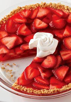Pay de fresa relleno de gelatina- El colorido y delicioso sabor de las fresas brillará al máximo durante la sobremesa entre amigas, cuando les brindes esta receta de pay (tarta).