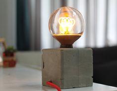 Lampe béton en forme de cube, avec ampoule vintage led et câble textile rouge
