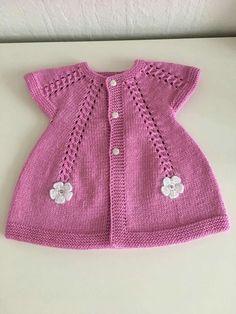 En Yeni 46 Pembe Mavi Bebek Giyim Örgü Modelleri Latest 46 Pink Blue Baby Clothes Knitting Models, the Baby Cardigan Knitting Pattern Free, Knitted Baby Cardigan, Knit Baby Sweaters, Baby Knitting Patterns, Cardigan Bebe, Pull Bebe, Crochet Baby Clothes, Baby Vest, Knitting For Kids