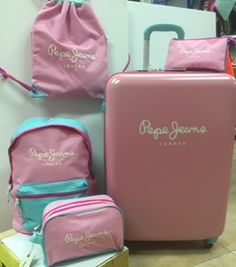 La colección Bi color de @pepejeans en www.papelicopy.com Saco, bolsa de aseo, mochila, portatodo triple y maleta en rosa chicle y azul